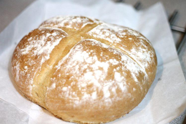 Pyszny chleb pszenny z chrupiącą skórką