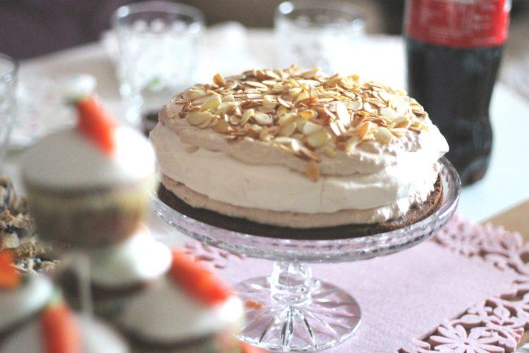 Słodkości na małe przyjęcie + przepis na marchewkowe muffiny i tort bezowy z chałwą