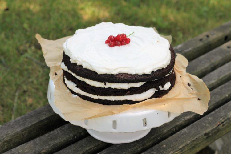 Tort czekoladowy z kremem śmietankowym